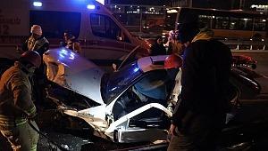 Gece yarısı feci kazada can pazarı! Ters dönen araç bariyerlere saplandı!