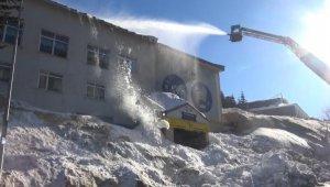 İnsanların üzerine kar kütlesi düşen binanın çatısı temizlendi - Bursa Haberleri