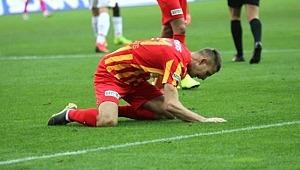 Kayserisporlu futbolcu, Göztepe'ye gol atamayınca çimleri dövdü