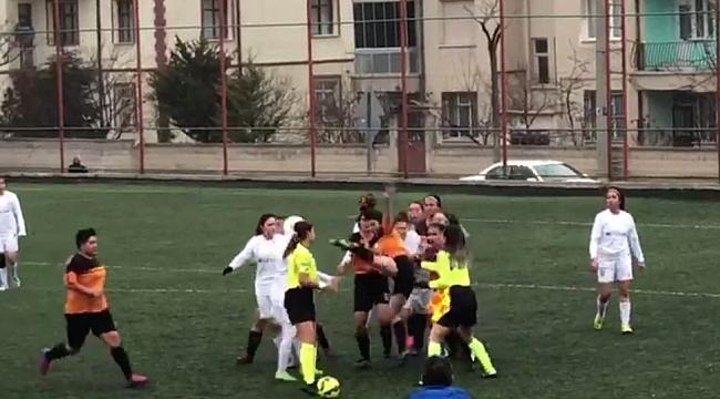 Kırmızı kart gören kadın futbolcu kadın hakeme uçarak tekme attı