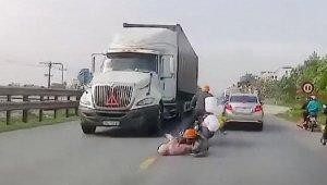Motosikletten düşen anne ve bebeği kamyon altında kalıyordu!