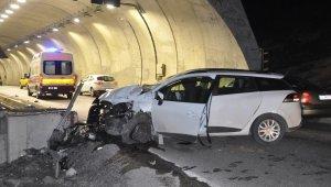 Otomobil tünel girişindeki duvara çarptı: 2'si ağır 4 yaralı