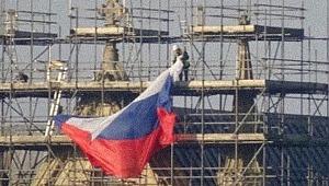Rus bayrağı siyasi krize yol açtı