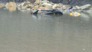 Suya gömülen kepçenin operatörünü arama çalışmaları sürüyor