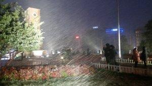 Taksim'de kar şiddetini arttırdı, vatandaşlar telefonlarına sarıldı