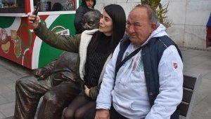Tribünlerinin simgesiydi, 50 yıldır oturduğu banka heykeli yapıldı