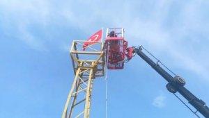 Yıpranan Türk bayrağını esnaf değiştirdi - Bursa Haberleri