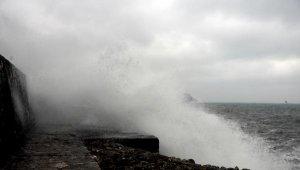 Zonguldak'ta dev dalgalar mendireği aştı