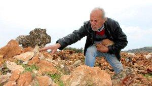 15 yıldır dağlarda taş arıyor