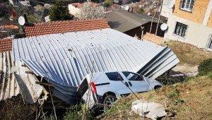 4. kez evlerinin çatısına otomobil düştü
