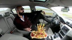 Ayağıyla otomobil kullanıp meyve yemişti, Cezası belli oldu