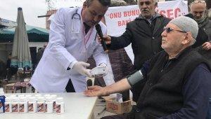 Bağımsız aday doktor kıyafeti ile miting yaptı, tansiyon ölçtü - Bursa Haberleri