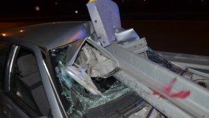 Bariyere ok gibi saplanan otomobil sürücüsü yaralandı - Bursa Haberleri