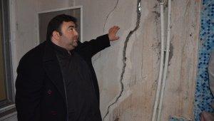 Binalardaki oluşan çatlaklar, 30 haneyi evinden etti