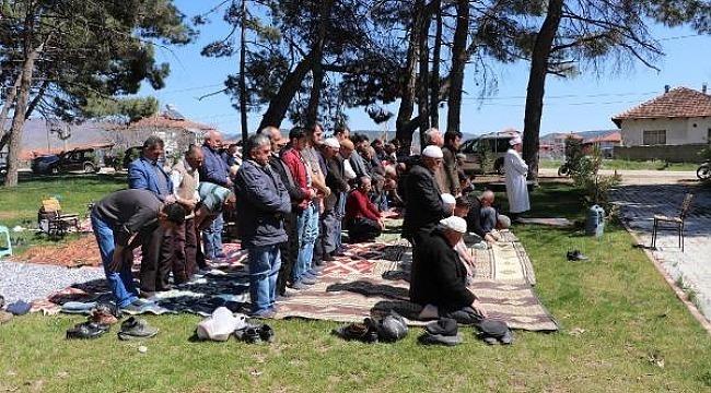 Cami, depremde hasar görünce cuma namazı parkta kılındı