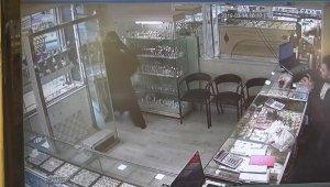 Çarşaflı ve tüfekli erkek soyguncuyu, kuyumcu bant kesici ile kovdu - Bursa Haberleri