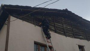 Çatıda mahsur kalan güvercini itfaiye kurtardı - Bursa Haberleri