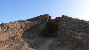 Definecilerin tepeyi ikiye böldü, İçinden anıt mezar çıktı
