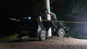 Direksiyon hakimiyetini kaybederek elektrik direğine çarpan otomobilin sürücüsü öldü