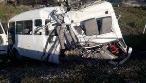 Feci kaza... Tır, yolcu minibüsünü biçti