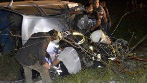 Feci trafik kazası! Otomobil şarampole devrildi: 1 ölü, 2 yaralı