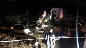 Feci trafik kazası! TIR ile otomobil kafa kafaya çarpıştı: 3 ölü, 3 yaralı