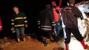 İmamın otomobili sele kapıldı: Eşi ve annesi öldü