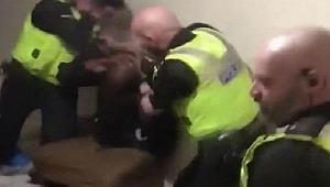 İngiliz polisi, siyahi genci sprey kutusu ile darp etti