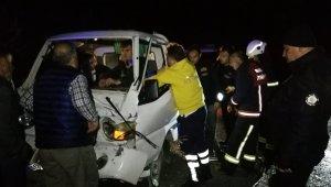 İtfaiye aracına kamyonet çarptı, sürücüyü ekipler kurtardı - Bursa Haberleri
