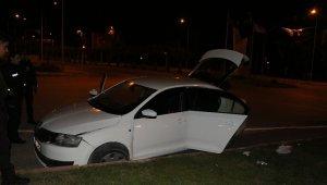 Kaza Yaptılar, Otomobili Kilitleyip Kaçarken Polise Yakalandılar