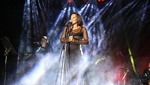 Konser İçin Türkiye'ye Gelen Dünyaca Ünlü Şarkıcı Della Miles, Müslüman Oldu!