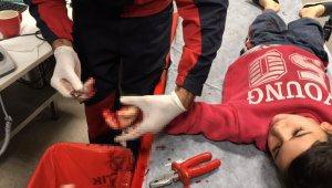 Küçük çocuğun parmağına sıkışan metal parça kesilerek çıkarıldı