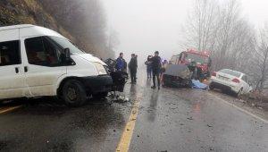 Öğrenci servisi ile otomobil çarpıştı: 2 ölü, 4 yaralı