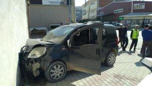 Önce otomobile sonra duvara çarptı - Bursa Haberleri