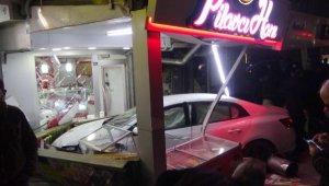 Otomobil pilavcı dükkanına girdi: 2 yaralı