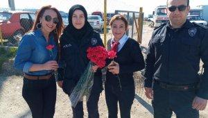 Polislerden güllü karşılama - Bursa Haberleri