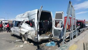 Polisleri taşıyan midibüs ile minibüs çarpıştı: 6'sı polis, 17 yaralı