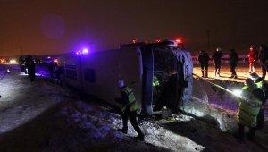 Son Dakika! Bayburt'ta yolcu otobüsü devrildi: 2 ölü, 19 yaralı