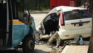 Yolcu minibüsü otomobile çarptı: 1 ölü, 11 yaralı