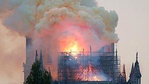 850 yıllık dünyaca ünlü katedralde yangın çıktı