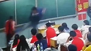 Acımasız öğretmen öğrencileri dövdü