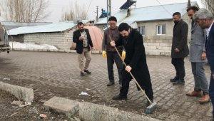 Ağrı Belediye Başkanı Sayan, fırçayla sokakları temizledi
