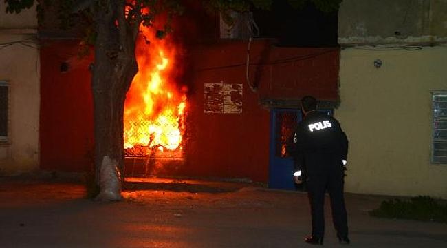 Annesine kızdı, evi ateşe verip kendisini içeri kapattı