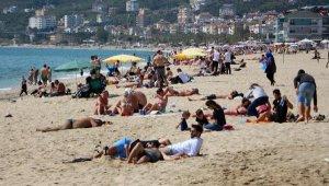 Antalya'da tatilciler plajları doldurdu
