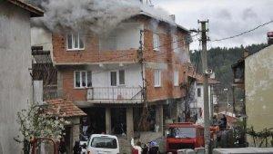 Bursa'da 3 katlı binada yangın - Bursa Haberleri