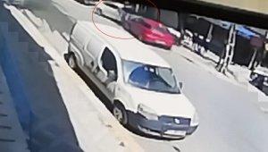 Çaldığı araçla polisten kaçarken, yayaya çarptı