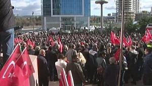 CHP'liler saldırı sonrası Genel Merkez önünde toplandı