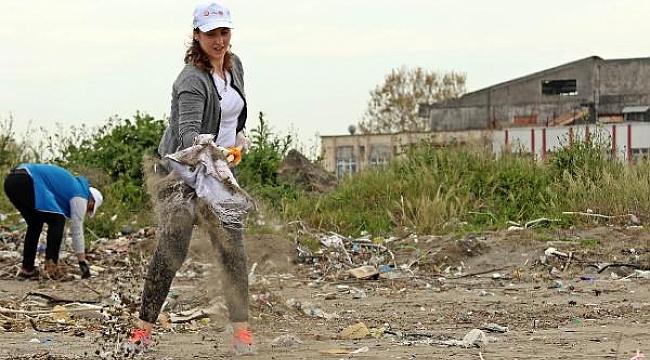 Çöp dökmenin yasak olduğu sahilden yarım ton çöp topladılar