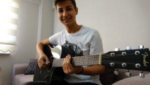Hiç kursa gitmeden usta müzisyenler gibi gitar çalıyor - Bursa Haberleri