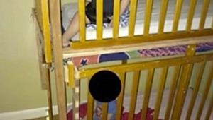 İkiz bebeklerini doğar doğmaz kafese kapattılar